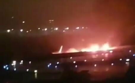 Un avion a luat foc și s-a prăbușit într-un râu, după aterizare. Pasagerii au sărit pe geamuri