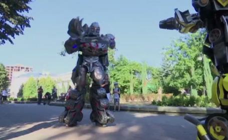 Roboții Transformers, pe străzile unui oraș din Ucraina. Cine sunt creatorii costumelor impresionante