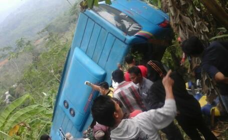 Accident cu cel puţin 21 morţi, în Indonezia. Un autocar cu turişti a căzut în prăpastie