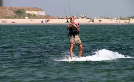 A început sezonul de kite surfing pe litoral. Reacția unui turist străin, venit prima dată în România