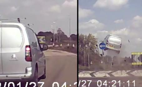 O dubă a zburat în aer 4 metri după ce șoferul a luat în plin un sens giratoriu