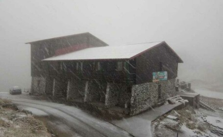 Căsuțele de lemn de la Bâlea Lac, afectate de o avalanșă