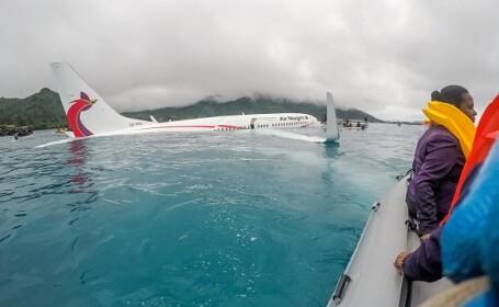 Un Boeing 737 a ratat aterizarea şi a ajuns în apă într-o lagună a Pacificului