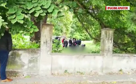 Anchetatorii din Bihor încearcă să lămurească misterul morții unui bărbat găsit la marginea drumului