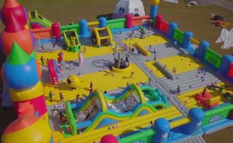 Cel mai mare castel gonflabil din lume are 930 de metri pătrați. Câți copii se pot juca, simultan, în el