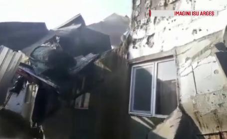 Patru autospeciale pentru stingerea unui incendiu care a cuprins mai multe case în Argeş