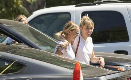 Noi imagini cu Miley Cyrus alături de femeia care a făcut-o să divorțeze de soț - 7