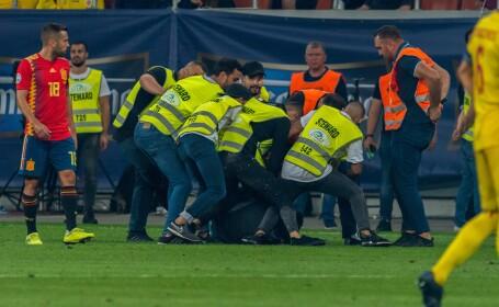 Suporteri români pe teren la meciul România - Spania - 5
