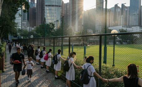 """""""Lanț uman"""" în Hong Kong. Elevii din peste 120 de școli au luat parte la """"drumul libertății"""""""
