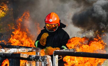 pompier cautand supravietuitori