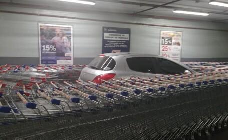 Ce a pățit un șofer care a parcat în spațiul pentru cărucioarele de cumpărături