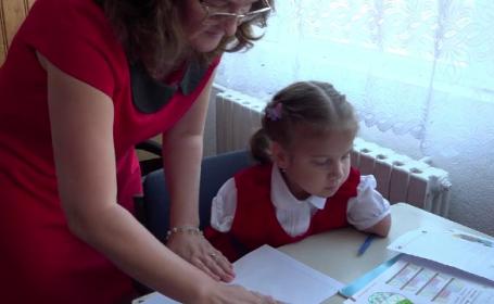 Un munte de voință: Delia nu are nici mâini, nici picioare, dar învață să scrie, în clasa I