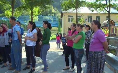 Copiii din localitatea Breaza sunt nevoiți să facă naveta, deși au școala renovată. Care este motivul