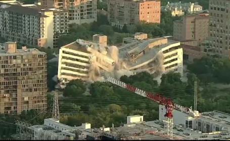 Clădirea unei bănci pusă la pământ în câteva secunde
