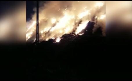 Groapa de gunoi de la marginea Sighișoarei arde de o zi. Traficul este îngreunat