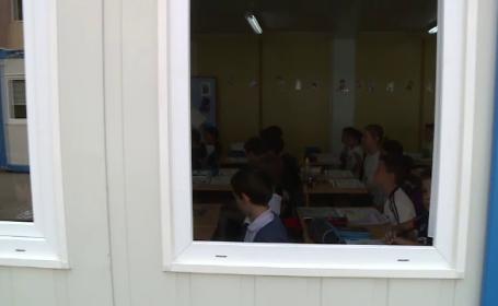 Ore în containere la şcolile cu prea mulţi elevi cu \