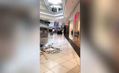 Imagini incredibile. Un șofer a intrat cu mașina într-un mall, provocând panică