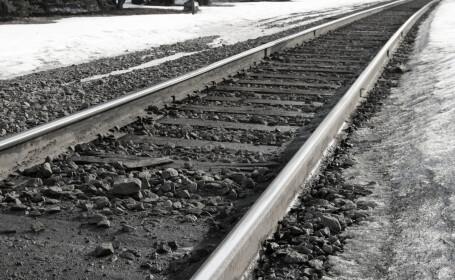 Un bărbat a sărit în fața trenului cu copilul în brațe. Ce a pățit fetița