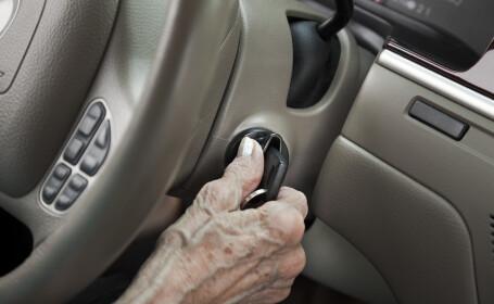 Doi copii au furat mașina unei bătrâne după ce au amenințat-o cu cuțitul