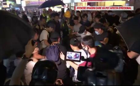 Hong Kong, câmp de bătaie. Momentul în care un bărbat este lovit de zeci de manifestanți
