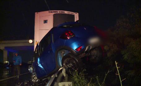 Cum au scăpat cu viață cinci oameni după ce un TIR scăpat de sub control a intrat în plin în mașina lor