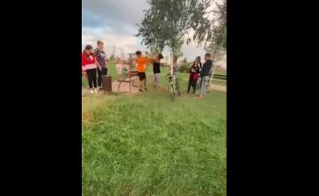 Părinţii băiatului bătut într-un parc din Timiş şi-au retras plângerea. Poliţiştii nu mai cercetează cazul