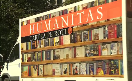 """""""Cartea pe roți"""", librăria mobilă pentru românii care vor să citească. """"Sunt oameni care nu au văzut cărți """""""