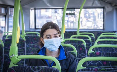 Persoană cu mască, în autobuz