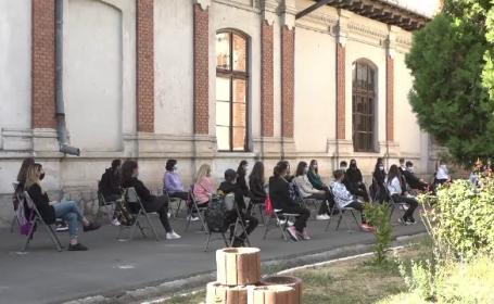 Elevi care învață afară
