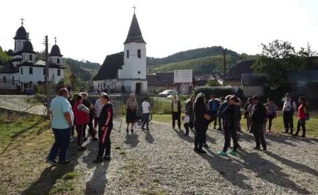 Zeci de copii stau acasă după ce școala din satul lor s-a închis. Ce spun autoritățile