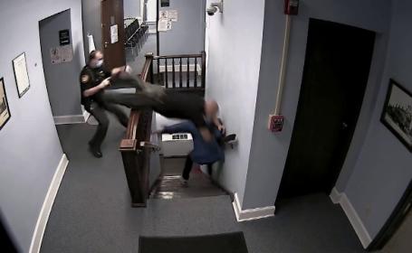 VIDEO: Un poliţist se aruncă pe scări ca să prindă un deţinut ce încerca să evadeze