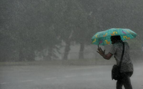 Cod galben de furtună în mai multe judeţe din Oltenia şi Transilvania