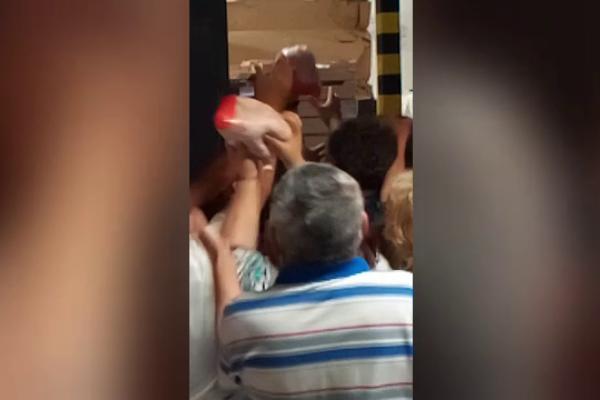 VIDEO   Bătaie pe pui la un magazin din Brăila. Angajații aruncau cu păsări în oameni ca să-i potolească