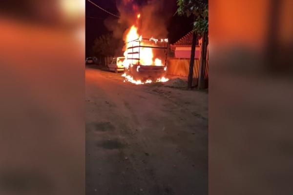 Doi indivizi au incendiat o mașină, din răzbunare, în Dolj. De la ce a plecat totul