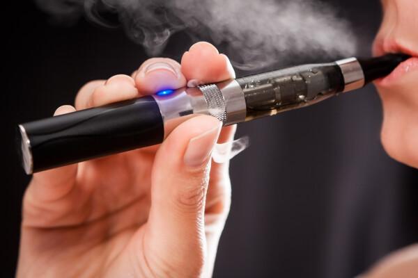 """OMS avertizează în privința țigărilor electronice: """"Scopul lor este simplu: să aibă o nouă generaţie dependentă de nicotină"""""""