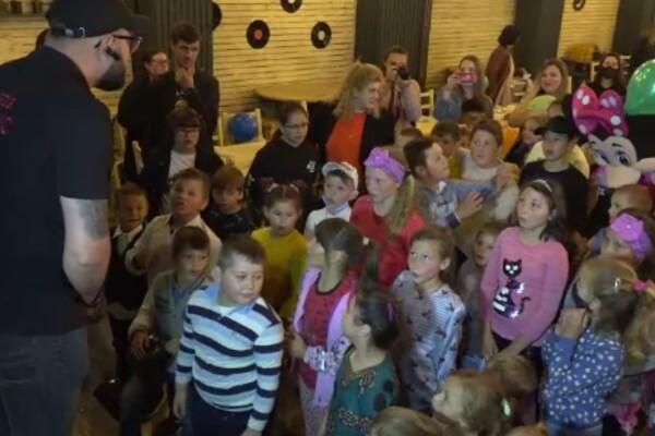 Petrecere specială pentru copiii sărmani din Botoșani, organizată de proprietarul unui club și o asociație