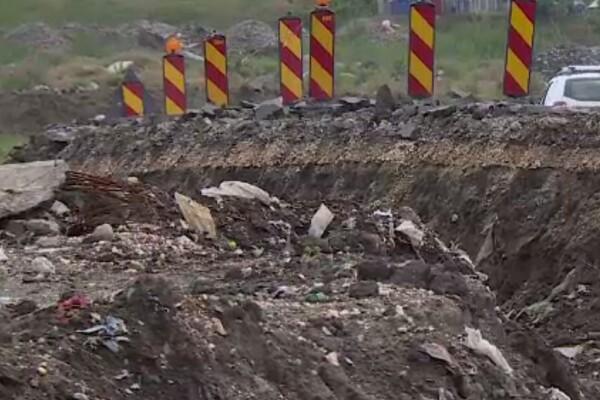 O groapă de gunoi ilegală astupată cu pământ, descoperită în Giurgiu de austriecii care fac drumul spre Bulgaria