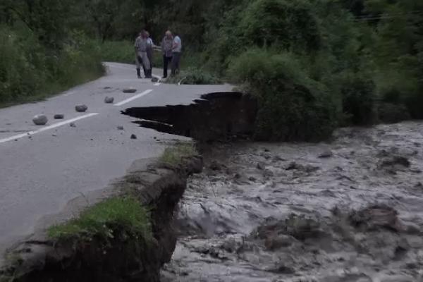 Ploile au făcut ravagii în țară. O porțiune dintr-un drum județean din județul Alba s-a surpat din cauza apelor