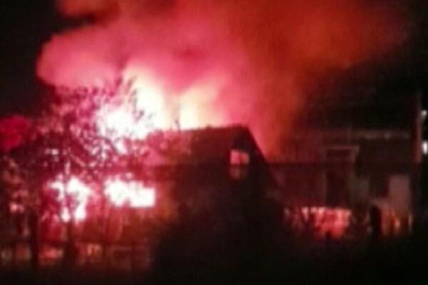 Tragedie în județul Bacău. Două persoane au murit într-un incendiu care le-a distrus casa