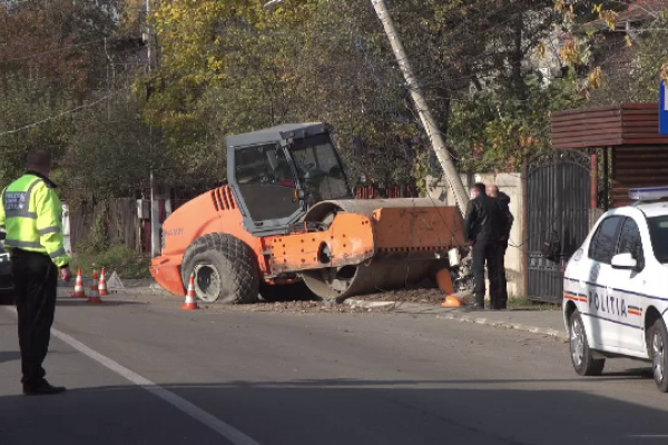 Accident grav în Băicoi. Un buldo-excavator căzut de pe o platformă a lăsat fără curent localitatea