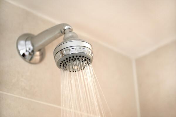 De ce este periculos să faci duș când fulgeră și cum îți poate salva viața regula celor 30 de secunde