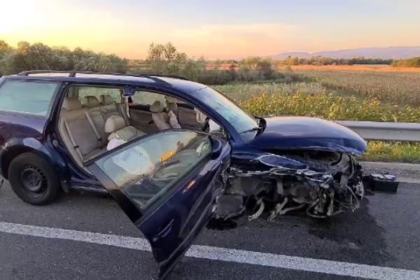 Trei mașini s-au ciocnit violent în Caransebeș. Mai multe persoane au ajuns la spital