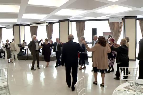 15 cupluri din Craiova au sărbătorit nunta de aur. Seniorii nu au ezitat sa își facă declarații de dragoste