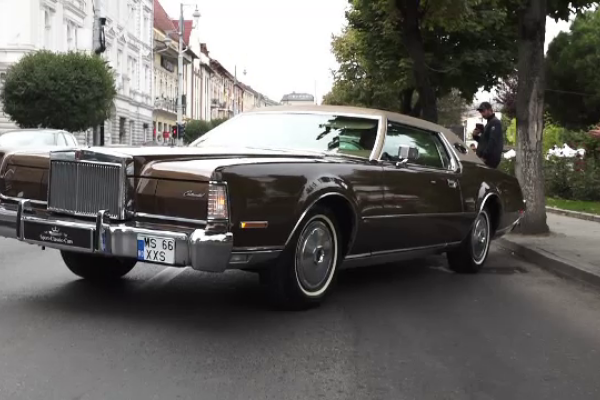 Pasionații de mașini vechi și-au dat întalnire în centrul orașului Târgu Mureș. 60 de automobile retro au făcut senzație