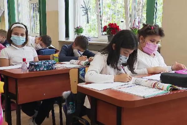 Școlile rămân deschise, chiar dacă rata de infectare este în creștere. În ce situație trec elevii în online
