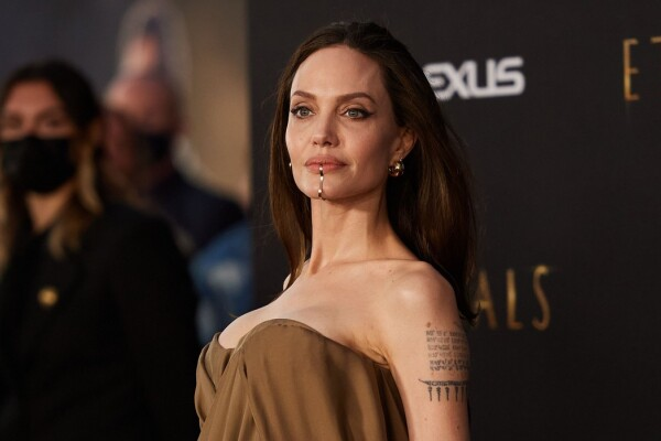 FOTO Angelina Jolie a purtat un accesoriu neobișnuit la premiera filmului Eternals