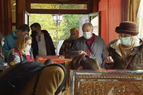 """Mii de pelerini la Moaştele Sfântului Dimitrie cel Nou, pe Dealul Mitropoliei: """"Să scăpăm de bolile astea grele"""""""