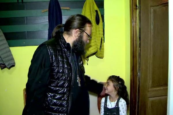 Nouă mii de copii din județul Iași au primit haine și rechizite pentru noul an școlar, la inițiativa unui preot
