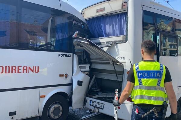 Un microbuz a intrat în altul oprit, în București: Zece persoane au ajuns la spital