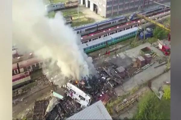 Incendiu puternic în Brașov. Tone de deșeuri au ars lângă depoul gării